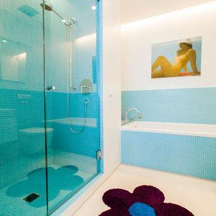 Idées déco pour une douche en alcôve principale contemporaine de taille moyenne avec une baignoire en alcôve, un carrelage bleu, carrelage en mosaïque, un mur blanc et un WC suspendu.
