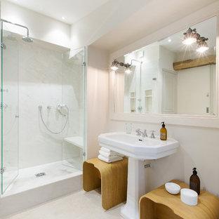 Exemple d'une salle de bain chic de taille moyenne avec un mur blanc et un lavabo de ferme.