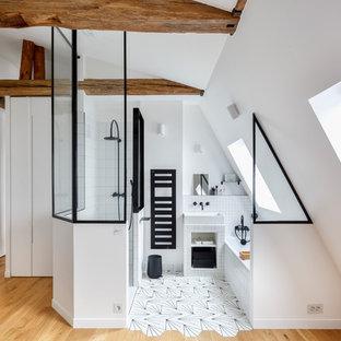 Stilmix Badezimmer En Suite mit offenen Schränken, weißen Schränken, Badewanne in Nische, Duschnische, schwarz-weißen Fliesen, weißer Wandfarbe, Mosaik-Bodenfliesen, Aufsatzwaschbecken und buntem Boden in Paris