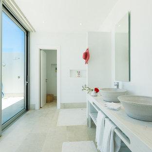 Idées déco pour une salle de bain principale méditerranéenne avec un placard sans porte, des portes de placard blanches, une douche ouverte, un mur blanc, une vasque, un sol gris, aucune cabine, un plan de toilette blanc, des toilettes cachées, meuble double vasque et meuble-lavabo sur pied.