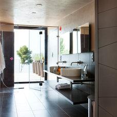 Bathroom by frederique pyra legon architecte