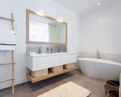 Salle de bain avec une baignoire ind pendante photos et - Modele de salle de bain avec baignoire ...
