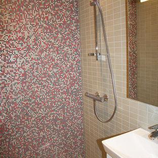Diseño de cuarto de baño con ducha, de estilo americano, pequeño, con armarios con paneles lisos, puertas de armario blancas, ducha a ras de suelo, sanitario de pared, baldosas y/o azulejos beige, baldosas y/o azulejos en mosaico, paredes beige, suelo de baldosas de cerámica, lavabo suspendido, suelo beige y ducha abierta
