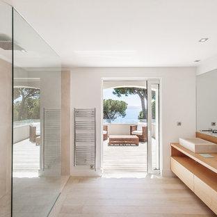 Inspiration pour une grand salle d'eau design avec une vasque, un placard à porte plane, des portes de placard en bois clair, une douche à l'italienne, un carrelage beige, un mur blanc, un sol en bois clair, un plan de toilette en bois et un plan de toilette marron.