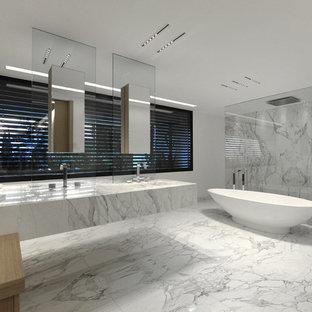 Inspiration pour une très grand salle de bain principale design avec un lavabo intégré, une baignoire indépendante, une douche à l'italienne, un mur blanc, un carrelage blanc, un carrelage gris et un sol en marbre.