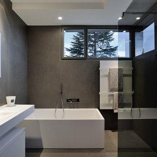 Exemple d'une salle de bain principale tendance de taille moyenne avec une baignoire posée, un mur marron et un lavabo intégré.