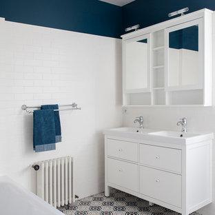 Immagine di una stanza da bagno padronale contemporanea di medie dimensioni con vasca sottopiano, doccia a filo pavimento, piastrelle bianche, piastrelle in terracotta, pareti bianche, pavimento in terracotta, lavabo a consolle, top piastrellato, pavimento blu, doccia aperta e top bianco