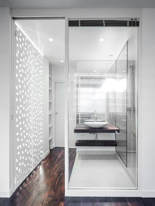 Salle d 39 eau avec un sol en bois fonc photos et id es - Petite salle d eau avec douche ...