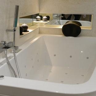 Diseño de cuarto de baño principal, contemporáneo, grande, con lavabo tipo consola, encimera de cemento, jacuzzi, ducha a ras de suelo, baldosas y/o azulejos beige y paredes beige