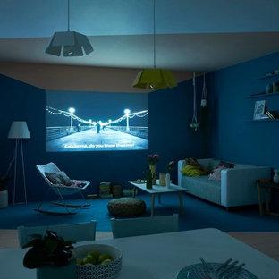 Idee per un home theatre nordico di medie dimensioni con pareti blu, pavimento in legno verniciato e schermo di proiezione