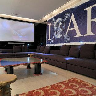 Réalisation d'une grande salle de cinéma design fermée avec un mur blanc, un sol en bois clair et un écran de projection.