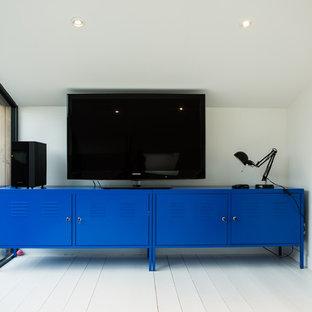 Foto di un home theatre minimal di medie dimensioni e chiuso con pareti bianche, pavimento in legno verniciato, TV a parete e pavimento bianco