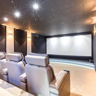 Cette photo montre une salle de cinéma tendance fermée avec un mur noir, moquette, un écran de projection et un sol beige.