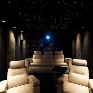 Idée de décoration pour une salle de cinéma design de taille moyenne et fermée avec un écran de projection.