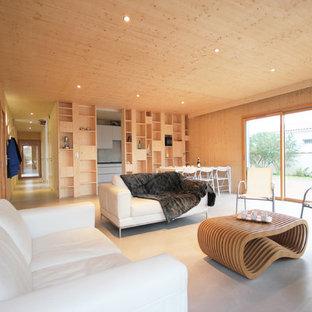 Exemple d'une salle de séjour tendance de taille moyenne et ouverte avec un mur beige et une cheminée standard.