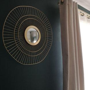 Ispirazione per un soggiorno contemporaneo di medie dimensioni e aperto con pareti verdi, camino sospeso, cornice del camino in metallo, pavimento grigio e pavimento in gres porcellanato