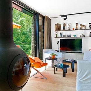 Réalisation d'une salle de séjour design de taille moyenne et ouverte avec un mur blanc, un sol en bois clair et un téléviseur indépendant.