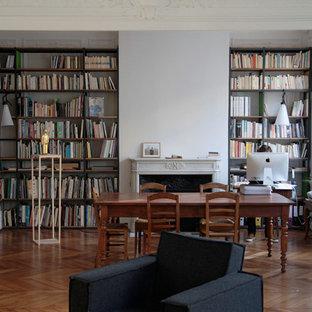 Aménagement d'une salle de séjour avec une bibliothèque ou un coin lecture contemporaine ouverte et de taille moyenne avec un sol en bois brun et une cheminée standard.