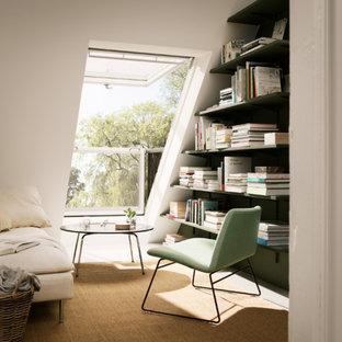 Foto de sala de estar con biblioteca actual, pequeña, sin chimenea y televisor, con paredes blancas y moqueta