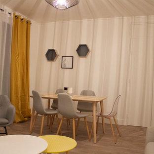 パリの中サイズの北欧スタイルのおしゃれな独立型ファミリールーム (青い壁、リノリウムの床、暖炉なし、据え置き型テレビ、ベージュの床) の写真