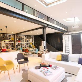 Idées déco pour une grand salle de séjour avec une bibliothèque ou un coin lecture contemporaine.