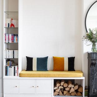 ロンドンの中くらいのコンテンポラリースタイルのおしゃれなオープンリビング (白い壁、淡色無垢フローリング、ベージュの床、レンガの暖炉まわり) の写真