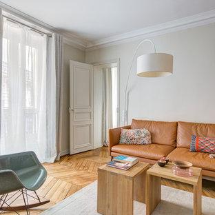 Idées déco pour une salle de séjour avec une bibliothèque ou un coin lecture éclectique de taille moyenne et fermée avec un mur beige, un sol en bois brun, aucune cheminée et aucun téléviseur.
