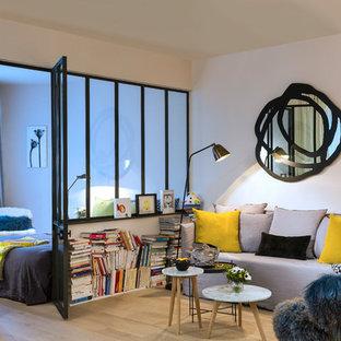 パリの中サイズのコンテンポラリースタイルのおしゃれな独立型ファミリールーム (白い壁、淡色無垢フローリング、暖炉なし、テレビなし) の写真