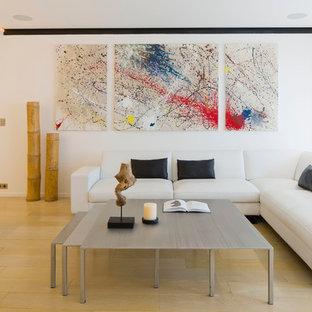 Cette image montre une salle de séjour design ouverte avec un mur blanc et un sol en bois clair.
