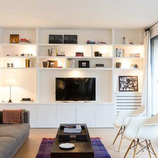 Idée de décoration pour une salle de séjour design de taille moyenne avec un mur blanc, un sol en bois clair et un téléviseur fixé au mur.