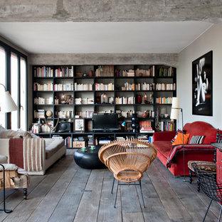 パリの中サイズのインダストリアルスタイルのおしゃれな独立型ファミリールーム (ライブラリー、グレーの壁、濃色無垢フローリング、暖炉なし、据え置き型テレビ) の写真