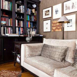 パリの中サイズのエクレクティックスタイルのおしゃれな独立型ファミリールーム (ライブラリー、茶色い壁、無垢フローリング、暖炉なし、テレビなし) の写真