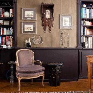 Aménagement d'une salle de séjour avec une bibliothèque ou un coin lecture éclectique de taille moyenne et fermée avec un mur marron, un sol en bois brun, aucune cheminée et aucun téléviseur.