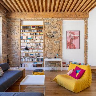 Idées déco pour une salle de séjour contemporaine avec aucun téléviseur, un plafond en poutres apparentes, un mur blanc, un sol en bois brun et un sol marron.