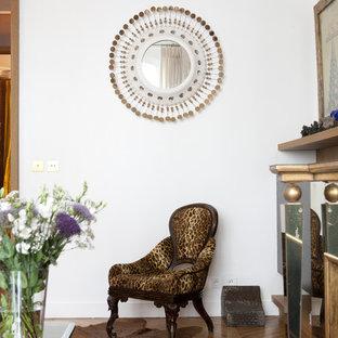 Idée de décoration pour une salle de séjour design de taille moyenne et fermée avec un mur blanc, un sol en bois brun et aucun téléviseur.