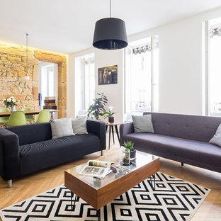 Exemple d'une salle de séjour tendance ouverte avec un mur blanc, un sol en bois clair et un sol jaune.