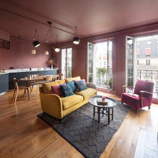 Foto di un grande soggiorno moderno aperto con pareti rosa, pavimento in legno massello medio, camino classico e pavimento beige