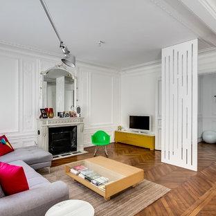 Aménagement d'une très grand salle de séjour contemporaine ouverte avec un mur blanc, un sol en bois brun, une cheminée standard, un manteau de cheminée en pierre et un téléviseur indépendant.