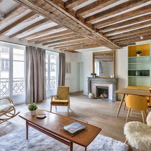 Cette photo montre une grande salle de séjour scandinave ouverte avec un sol en bois clair, une cheminée standard, un mur blanc et un sol beige.