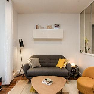 Aménagement d'une salle de séjour scandinave ouverte avec un mur blanc, aucune cheminée, aucun téléviseur, un sol en bois brun et un sol marron.