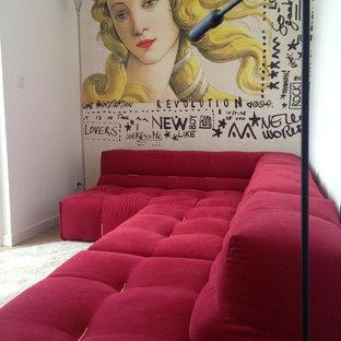 Foto di un piccolo soggiorno chiuso con libreria, pareti gialle, parquet chiaro e nessuna TV