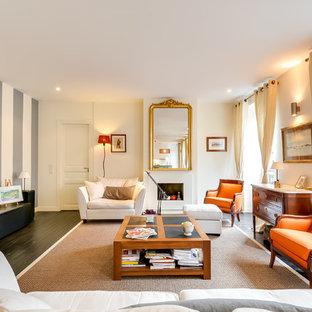 Aménagement d'une grand salle de séjour classique fermée avec un mur blanc, un sol en bois peint, une cheminée standard et un téléviseur indépendant.