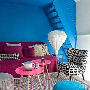 Réalisation d'une salle de séjour design de taille moyenne et ouverte avec aucun téléviseur et un mur multicolore.