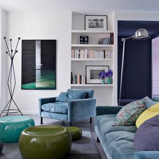 Cette image montre une salle de séjour avec une bibliothèque ou un coin lecture design de taille moyenne et fermée avec un mur blanc.