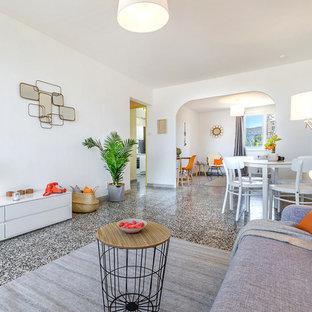 Réalisation d'une salle de séjour design fermée et de taille moyenne avec un mur blanc et aucun téléviseur.