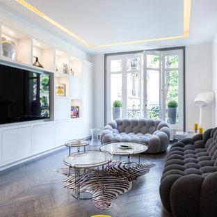 Aménagement d'une salle de séjour contemporaine avec un mur blanc, un sol en bois foncé et un sol marron.