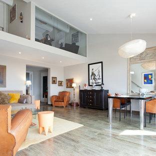 Idée de décoration pour une salle de séjour design de taille moyenne avec un mur blanc et un sol en bois clair.
