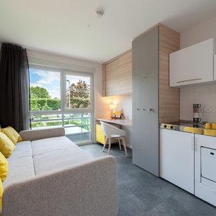 Imagen de sala de estar abierta, contemporánea, pequeña, sin chimenea, con suelo de linóleo