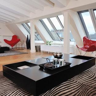 Idées déco pour une salle de séjour contemporaine avec un mur beige et un sol en bois brun.