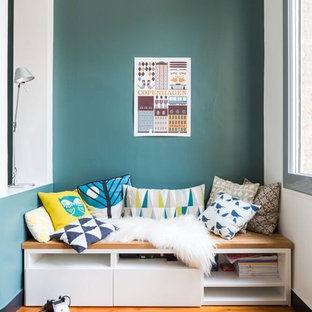 Cette photo montre une petite salle de séjour scandinave ouverte avec un sol en bois brun, aucune cheminée, aucun téléviseur et un mur multicolore.